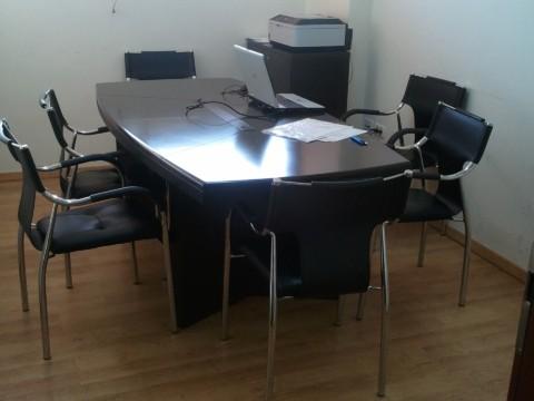 חדר ישיבות ל-6 אנשים